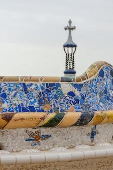 Szczegół kolorowej mozaiki na głównym tarasie parku guell. barcelona of spain