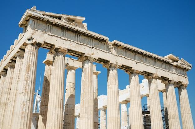 Szczegół kolumny w sławnej parthenon świątyni w akropolu, ateny, grecja.