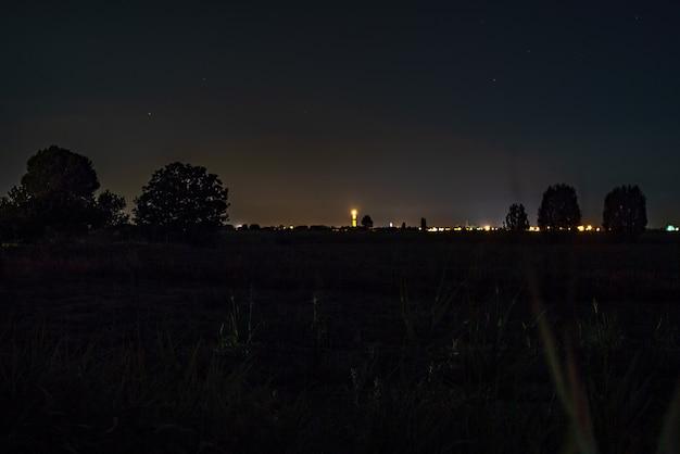 Szczegół krajobrazu z nocnymi polami wiejskimi