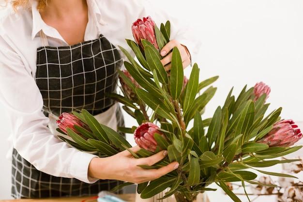 Szczegół kwiaciarnia układa bukiet