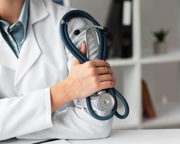 Szczegół lekarz trzymając stetoskop