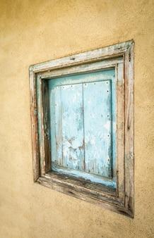 Szczegół małej starej drewnianej bramy pomalowanej na niebiesko i zamkniętej