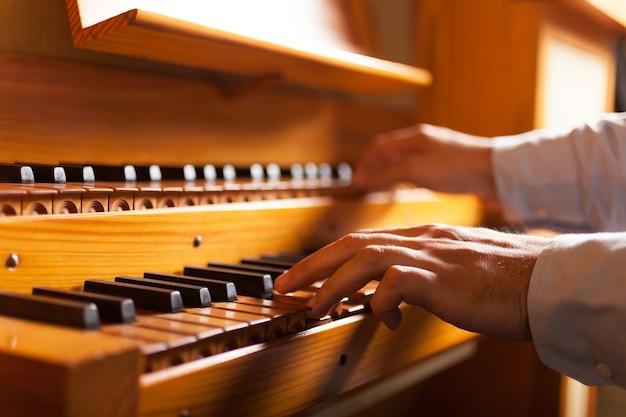 Szczegół mężczyzna bawić się organ