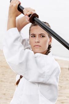 Szczegół młoda dziewczyna w stroju karate