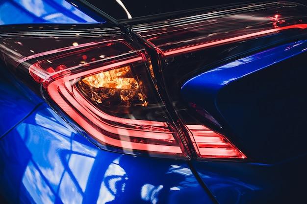 Szczegół na tylnym jasnoniebieskim samochodzie