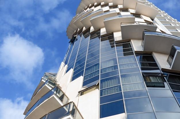 Szczegół nowożytna miastowa architektura - ślimakowaty budynek.