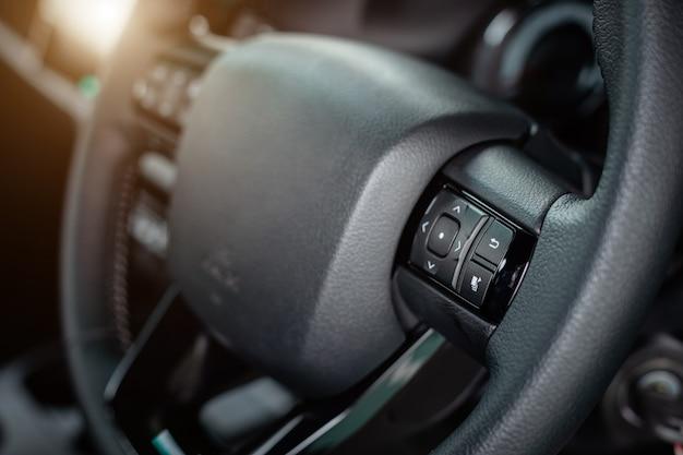 Szczegół nowy nowożytny samochodowy wnętrze