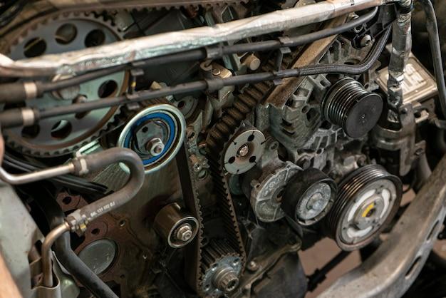 Szczegół paska rozrządu silnika samochodowego w warsztacie