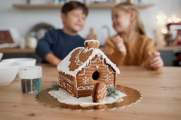 Szczegół pięknie zdobionego domku z piernika