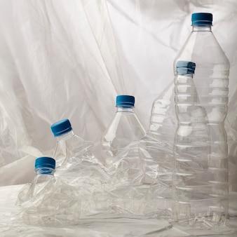Szczegół plastikowe butelki dla przetwarzać.