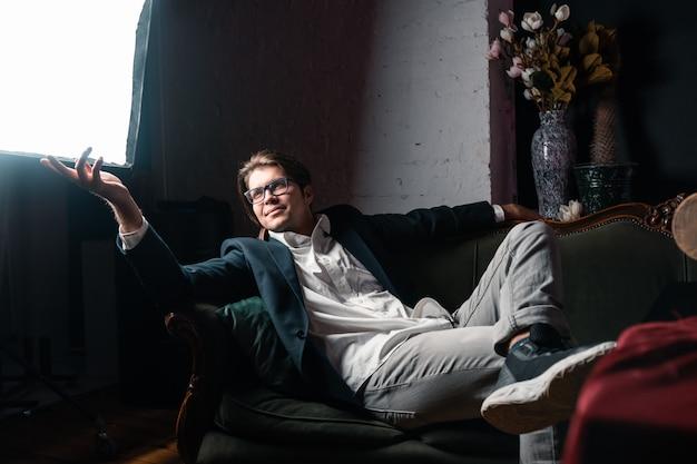 Szczegół portret atrakcyjnego młodego człowieka relaks na kanapie