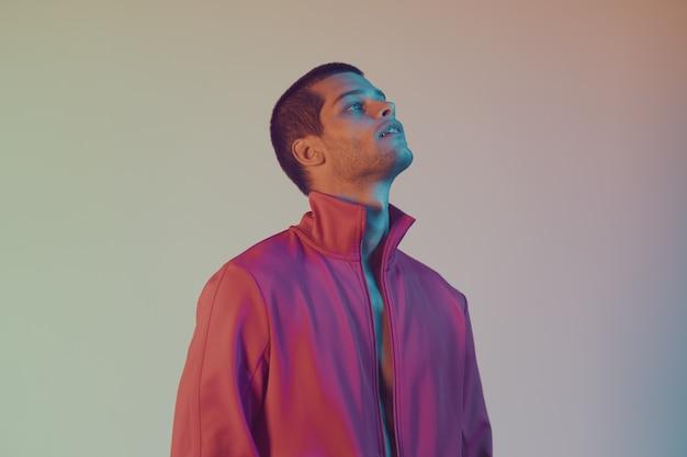 Szczegół portret atrakcyjny model mężczyzna. kolorowa lampa błyskowa