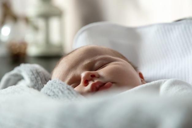 Szczegół portret dziewczynki, która śpi w kołysce lub łóżeczku
