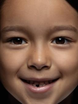 Szczegół portret dziewczynki z uśmiechem.