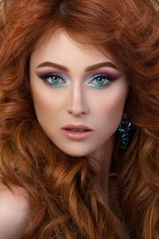 Szczegół portret eleganckiej kobiety z pięknymi rudymi włosami. piękna dziewczyna z idealną skórą. makijaż twarzy.