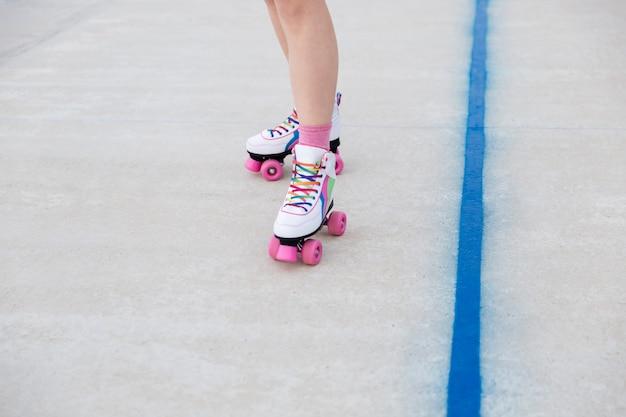 Szczegół portret kobiece nogi w rolkach na placu zabaw