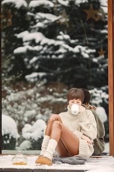 Szczegół portret kobiety w białym swetrze, picie herbaty