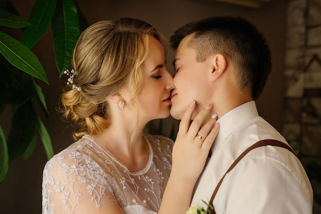 Szczegół portret kochającej młodej pary. para zakochanych całuje.