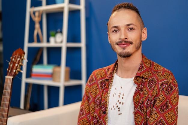 Szczegół portret młodego mężczyzny stylowe z dredami fryzurę