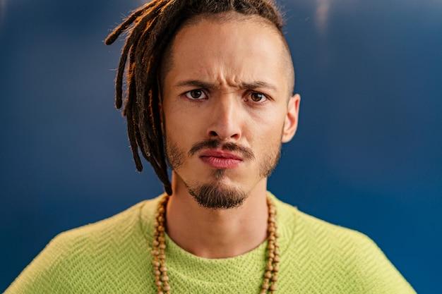 Szczegół portret młodego mężczyzny stylowe z dredami