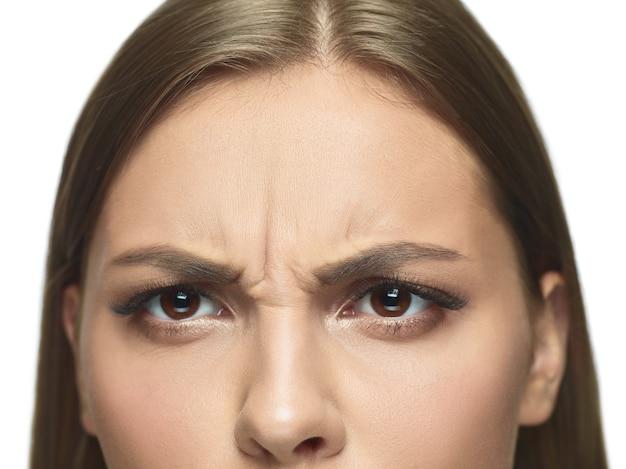 Szczegół portret młodej kobiety, oczy i twarz ze zmarszczkami. modelka o zadbanej skórze. pojęcie zdrowia i urody, kosmetologia, kosmetyka, samoopieka, pielęgnacja ciała i skóry. przeciw starzeniu.