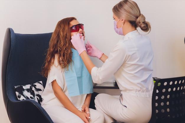 Szczegół portret pacjentki odwiedzającej dentystę w celu wybielania zębów w klinice