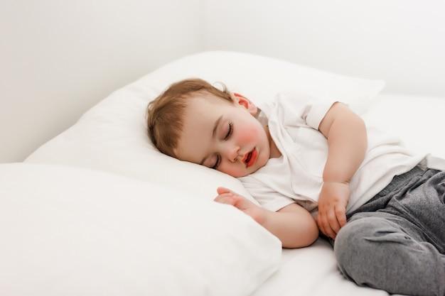 Szczegół portret pięknego śpiącego dziecka