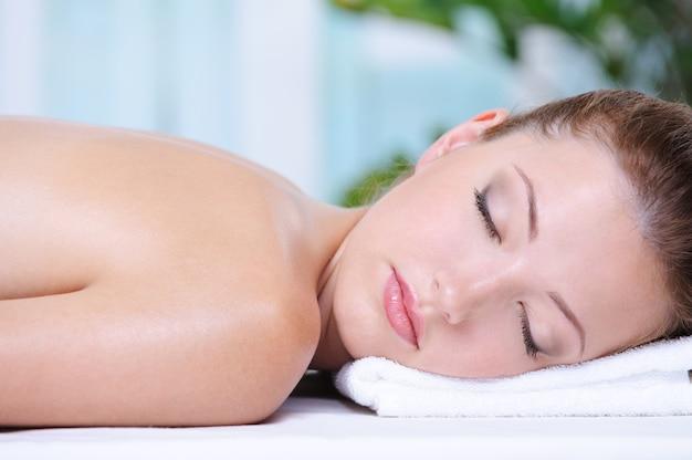 Szczegół portret pięknej dziewczyny relaks w salonie spa