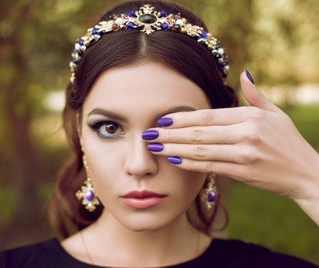 Szczegół portret pięknej kobiety mody z jasny fioletowy manicure