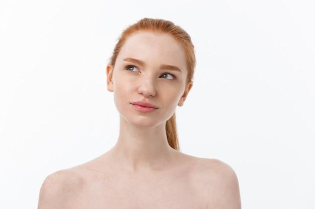 Szczegół portret pięknej, świeżej, zdrowej i zmysłowej dziewczyny na białym tle