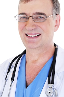 Szczegół portret śmiejąc się wesoły dojrzały mężczyzna lekarza