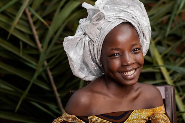 Szczegół portret szczęśliwy afrykańskiej dziewczyny