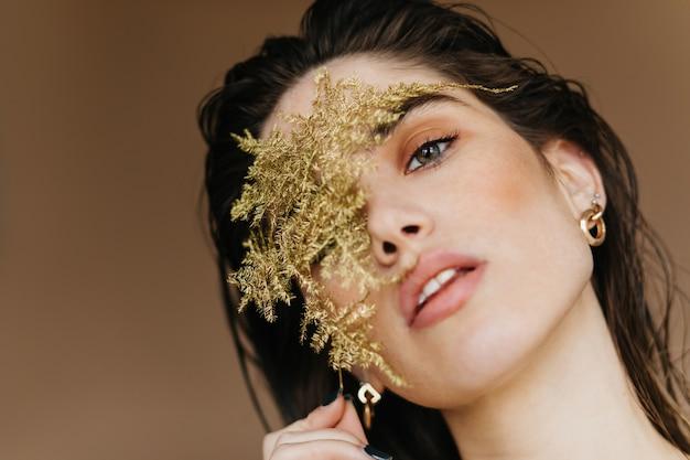 Szczegół portret uroczej dziewczyny. wspaniała kaukaska kobieta ze stylowym makijażem.