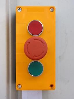 Szczegół przełącznika połączonego z drzwiami fabrycznymi używanymi przez wózek widłowy