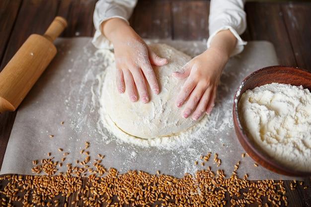Szczegół ręce ugniata ciasto