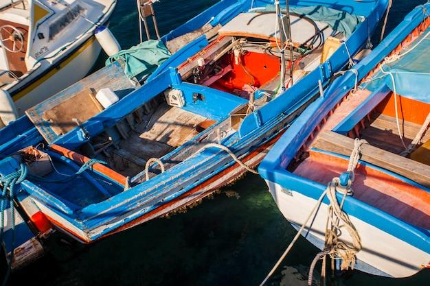 Szczegół starej kolorowej drewnianej łodzi