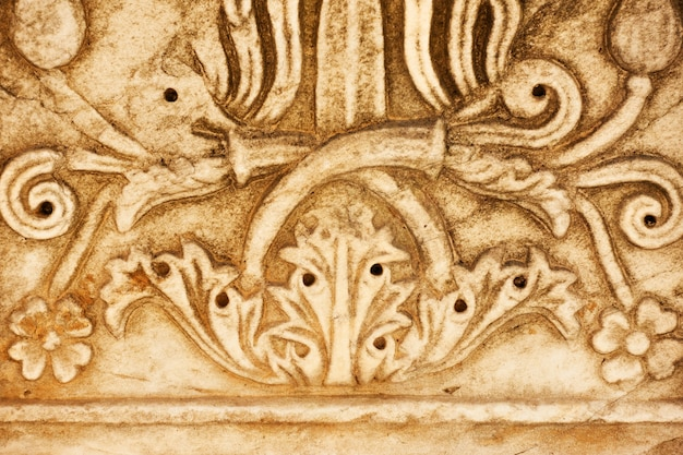 Szczegół starożytnej greckiej kolumny z kwiatowym wzorem z bliska