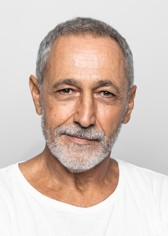 Szczegół starszy mężczyzna z siwymi włosami