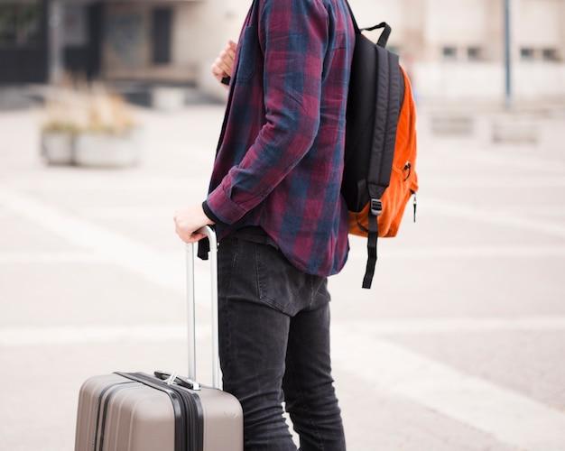 Szczegół stylowy turysta z bagażem