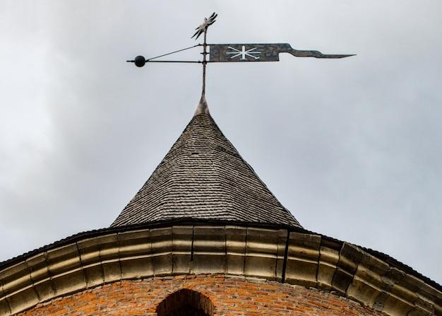 Szczegół szczegółowy widok wiatrowskaz na dachu wieży starego zamku kamieniec podolski.