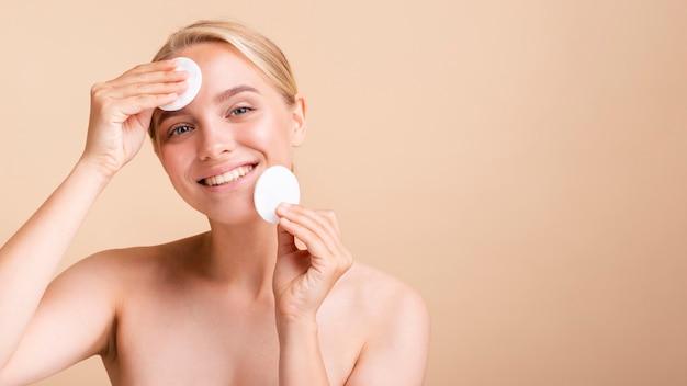 Szczegół szczęśliwy blondynka model z bawełnianymi poduszkami
