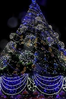 Szczegół udekorowanej choinki ze światłami bożonarodzeniowymi