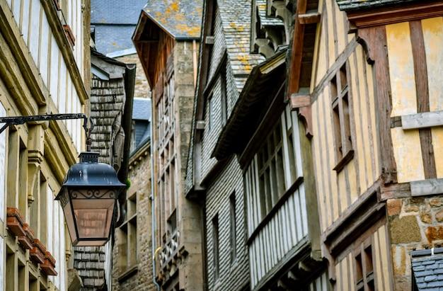 Szczegół ulica i domy wśrodku mont saint michel