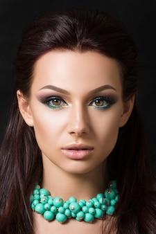 Szczegół uroda portret młody ładny model brunetka makijaż moda smokey oczy.