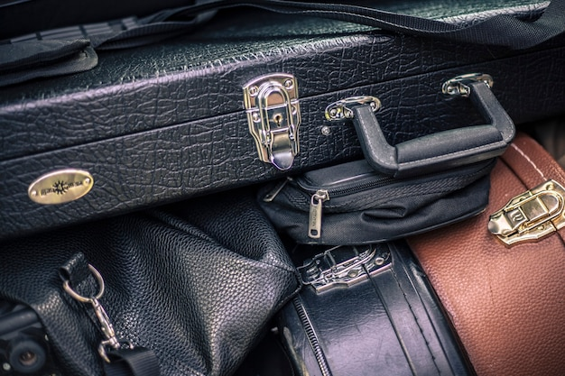 Szczegół walizki przewożącej instrumenty muzyczne załadowane na furgonetkę zespołu rockowego