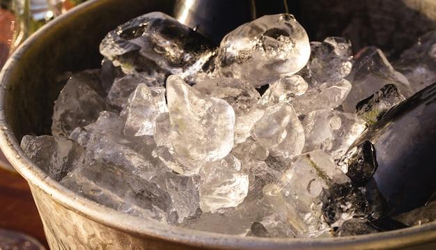 Szczegół wiadra z zimnym lodem, używanego na przyjęciach i uroczystościach