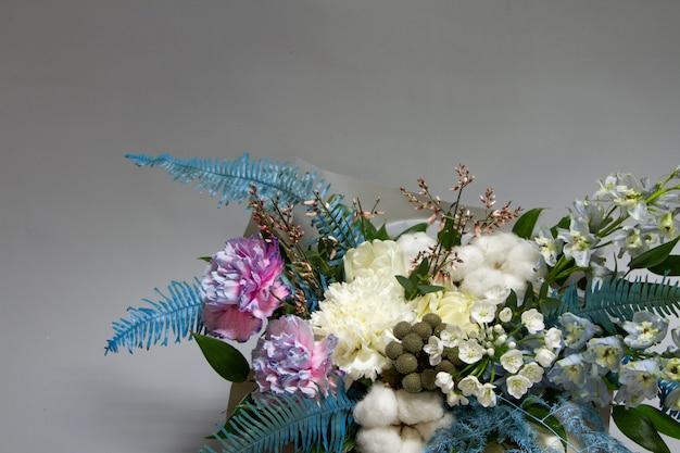 Szczegół zbliżenie wiosna bukiet close-up szczegółów składu z paproci, bawełny, delphinium, goździka, selektywne focus, selektywne focus