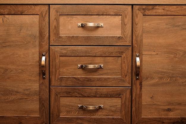Szczegół zdobionych szuflad mebli. stara szuflada - amortyzator.