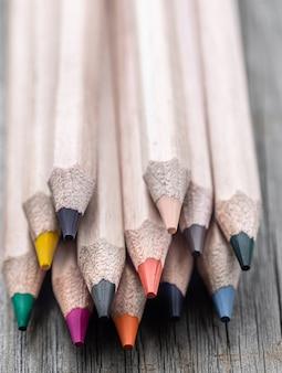 Szczegół zestaw kolorowych ołówków do rysowania na niewyraźne tło.