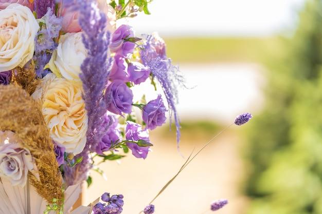 Szczegółowa dekoracja ze świeżymi kwiatami lokali.